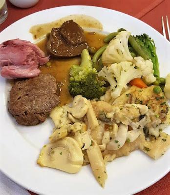 Brócolos com couve-flor, peixe com cogumelos, carne de porco e língua estufada