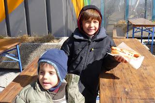 Los niños comiéndose un frankfurt.