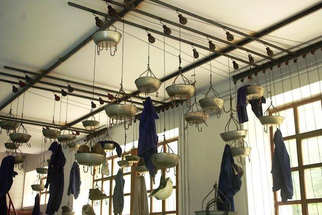 Vista del sistema de perchas utilizado en los vestuarios
