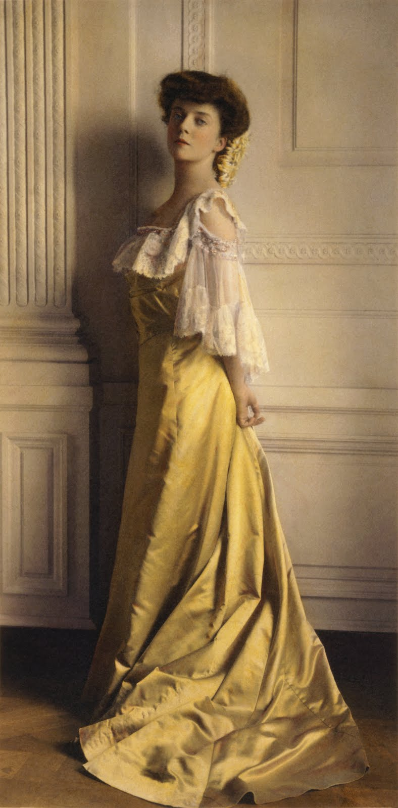 Alice Lee Roosevelt Longworth. Beautiful Portrait in a yellow dress. 1903