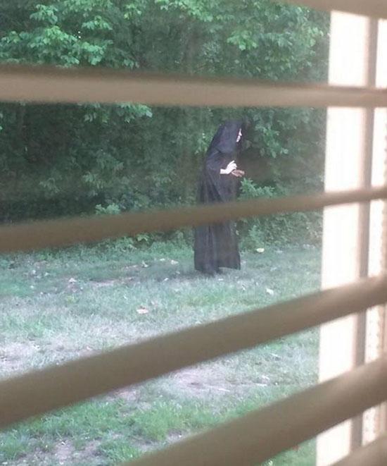 Sinistra figura de capa preta aterroriza condomínio nos EUA - 2