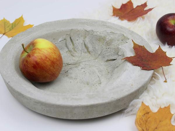 DIY: Herbstschale aus Beton mit Blattdruck ganz einfach selber machen - eine wunderschöne Deko für den Herbst