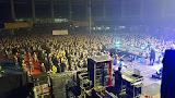 poza din timpul concertului: sunt singura nebuna cu mainile pe sus