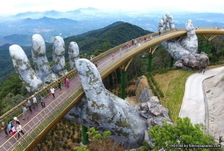 Keunikan Tangan Gergasi 'Pegang' Jambatan Di Vietnam