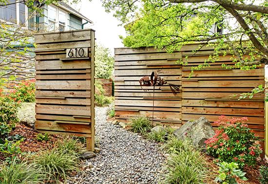16 ide unik nomor rumah sebagai aksen pagar