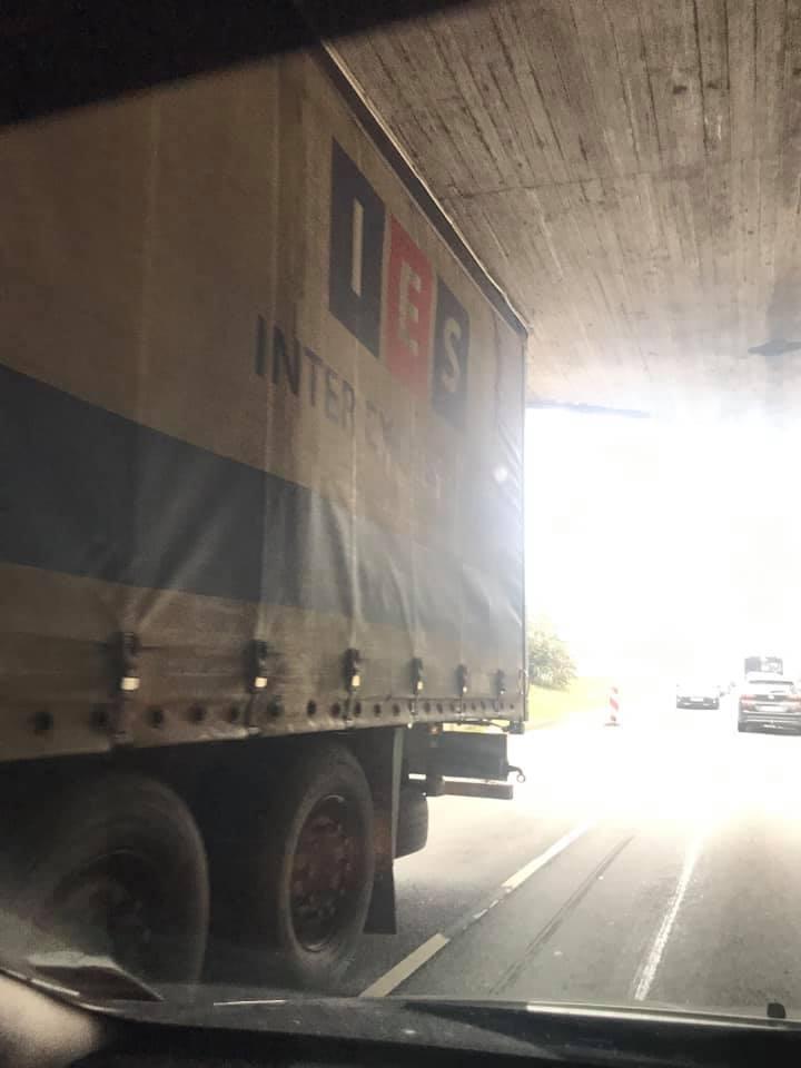 Zem Akmens tilta iestrēgst kravas auto
