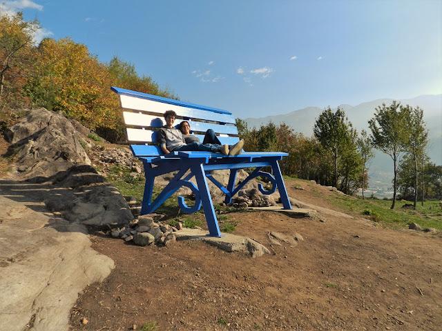Piccoli come Gulliver sulla Panchina Gigante Blu