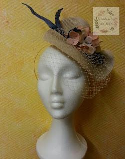 tocado mediano para boda con velo a la cara, flores y plumas
