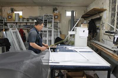 На изображении цех по производству москитных сеток