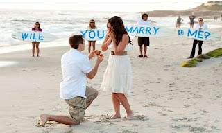 طلب زواج رومانسي على الشاطئ رفقة أصدقائه