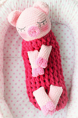 Вязаная свинка пижамница крючком