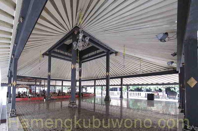 Bangsal Sri Manganti tempat pertunjukan tari dan seni karawitan gamelan di Keraton Yogyakarta