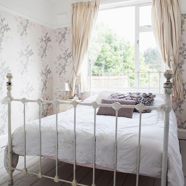 dormitor cu tapet cu frunze colorate