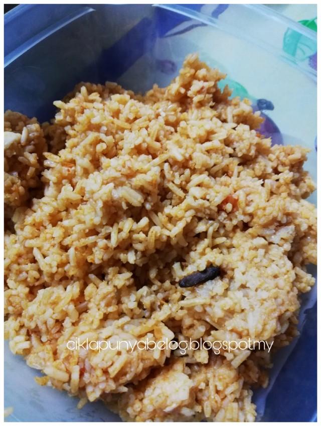Nasi tomato mudah dimasak. Menu mudah untuk jamu seisi keluarga.