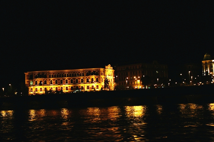 Budapest at night: Danube River cruise.What to see in Budapest.Budapest travel guide.Budimpesta nocu: voznja Dunavom brodom.