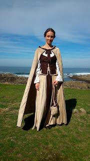 vestido medieval diy con capa y capucha