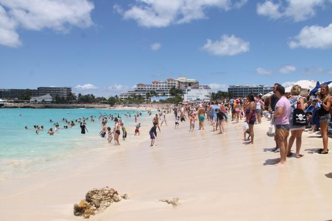 Legendaarinen Maho Beach eli lentokoneranta St. Maartenilla. Lasten kanssa Karibian risteilyllä.