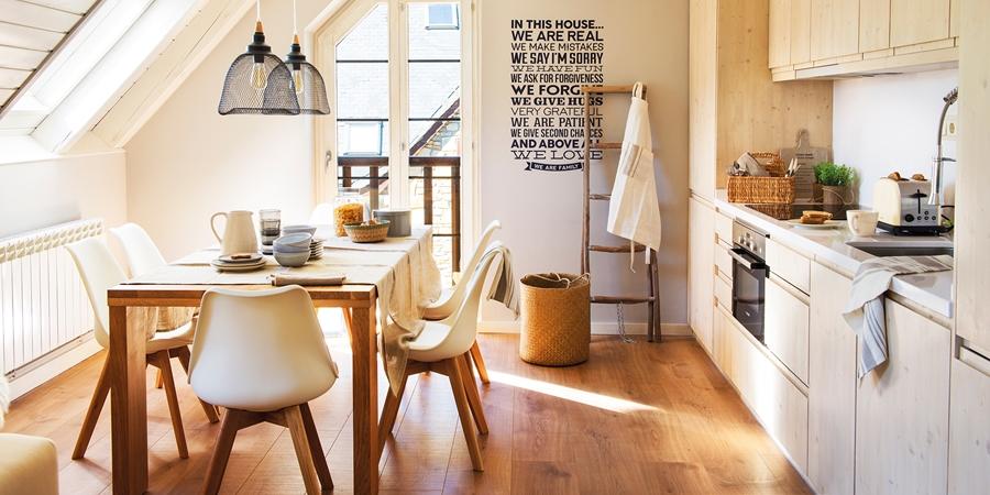 wystrój wnętrz, wnętrza, urządzanie mieszkania, dom, home decor, dekoracje, aranżacje, styl skandynawski, naturalne dodatki, drewno, żółty, musztardowy, salon, kuchnia, sypialnia, otwarta przestrzeń, dom drewniany, białe wnętrza