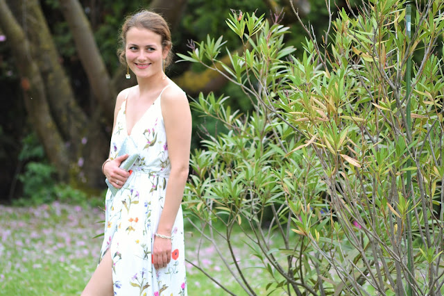 Bloggerin Jaci aus Stuttgart zeigt weißes Maxikleid mit Clutch zur Hochzeit