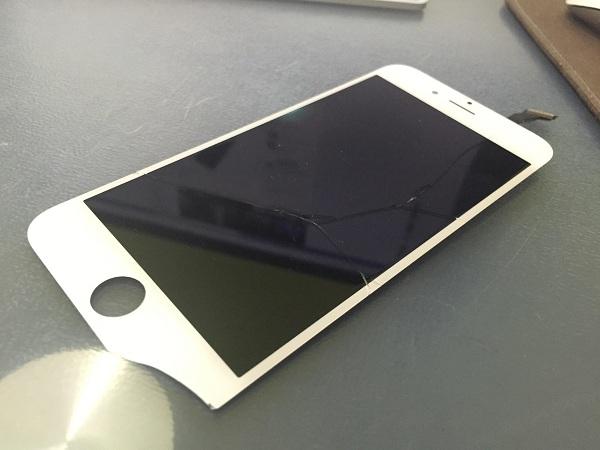 Thay mặt kính là điều khó tránh trên iPhone 5