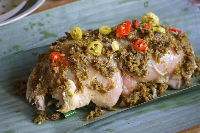 Ayam Betutu Gulung dengan Isian Jamur dan Daun Singkong