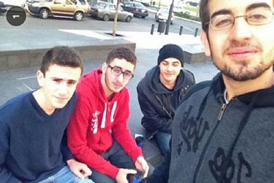foto sahabat sesaat sebelum bom mobil meledak di lebanon