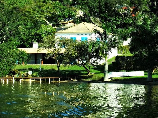 Pequeno trapiche e mansão na Costa da Lagoa, Florianópolis.