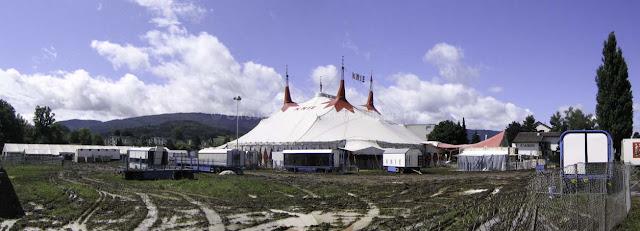 Vue panoramique du Cirque Knie dans une prairie boueuse