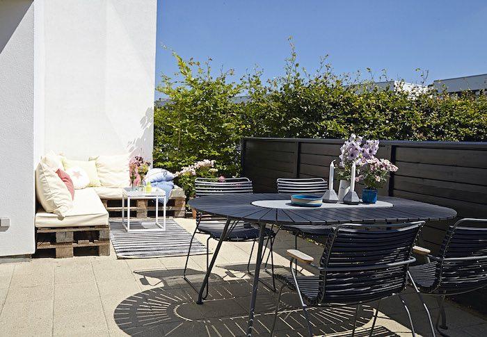 terraza con sofá de palés