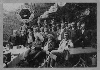 """Die Herrengesellschaft """"Bondelzwarts"""" in Bensheim Auerbach bei der Einweihung ihres Sommersitzes """"Bondelzwartsruh"""" 1906"""