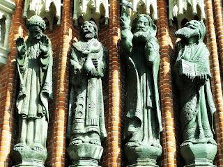 Os Santos à Direita da Entrada da Catedral de La Plata
