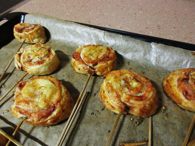 piruletas de hojaldre, jamón y queso Alocados en la cocina
