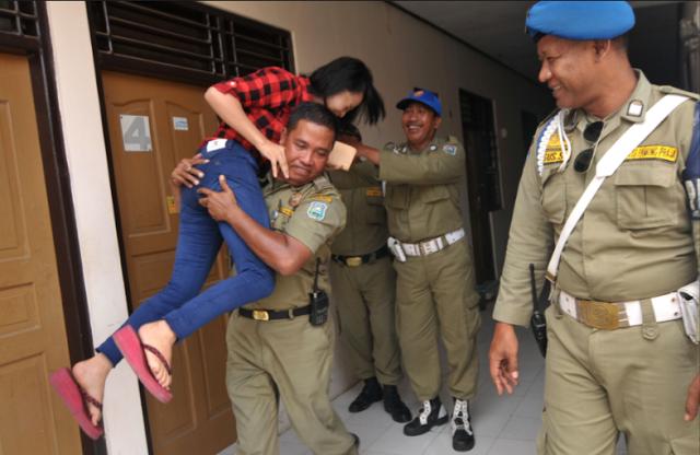 Satpol PP di Tertawai Tim Nya Sendiri Karena Mendapati Anaknya Sendiri Saat Razia Di Hotel