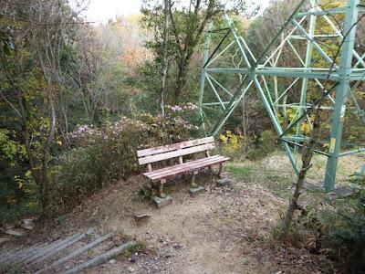 くろんど園地 鉄塔の下のベンチ