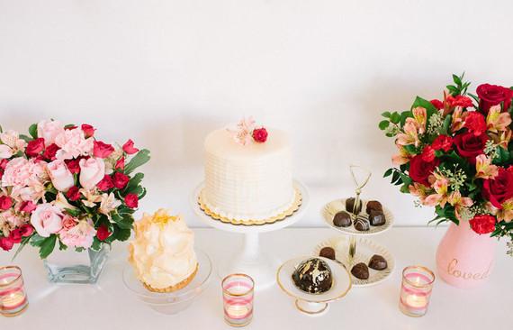 decoracion candy bar para san valentin con dulces, flores y globos facil y economico