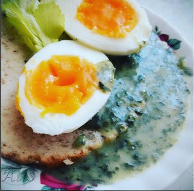 jajko, szpinak sos chleb kołodziej