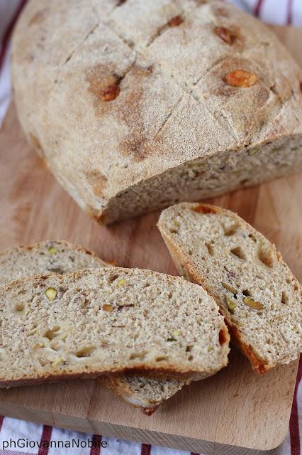 Pane semi integrale con caciocavallo e pistacchi