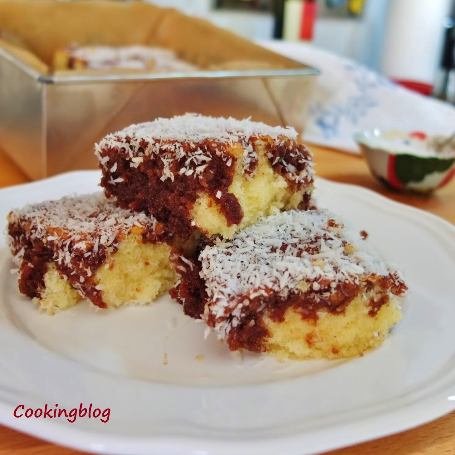 Bolo lamington, uma especialidade Australiana, composto por um bolo tipo pão de ló coberto com chocolate e coco ralado.