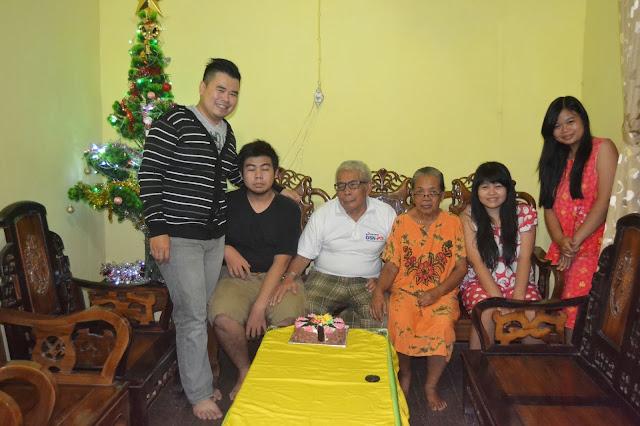 Family saat natal, bersama kakek dan nenek