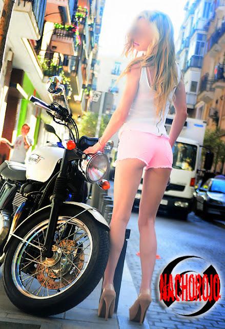 fotografia para escort junto a una moto por las calles de lavapies