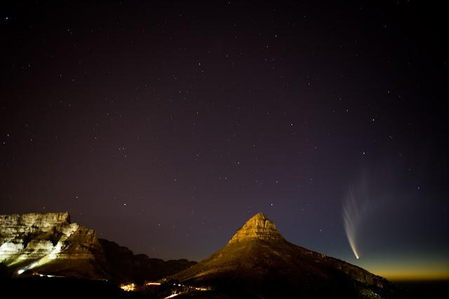 Sao chổi McNaught rực rỡ trên bầu trời Cape Town, nước Nam Phi. Hình ảnh: Steve Coetzee.