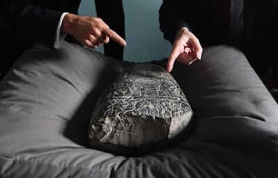 Το Βρετανικό Μουσείο επέστρεψε σπάνια βαβυλωνιακή στήλη στη Βαγδάτη