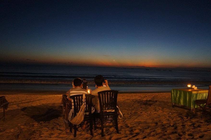 Menikmati sunset di pantai kedonganan