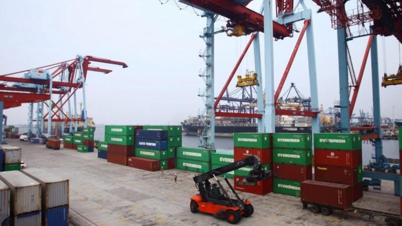 Aktivitas bongkar muat di Pelabuhan Belawan