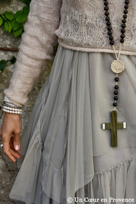 Detail of an Argentine rosary of seeds and wood beads, in Empreinte Éthique, skirt Ewa i Walla