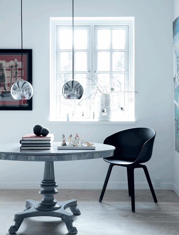 mesa antigua pintada en gris brillante