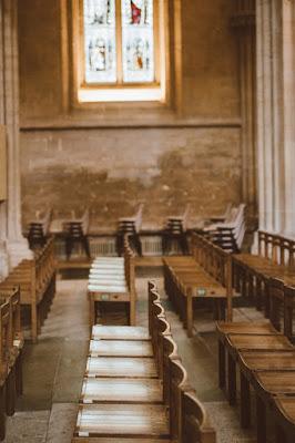 O biserică cu scaune goale, imagine de Annie Spratt - unsplash.com