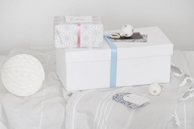 Weihnachtsgeschenke kreativ verpacken - DIY-Ideen. Tapetenmuster als Geschenkpapier, Pastelltöne, Namensanhänger basteln. Tasteboykott Blog.