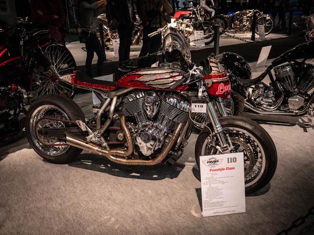 """Indian fabrica motos hermosas, y esta motocicleta de Louis Motorrad en Alemania celebra la reluciente V-twin de una Chief Vintage 2016. Llamada """"Engina"""", de la empresa que se mantiene aquí en Intermot, pero nos encanta el trabajo de pintura y el escape seccionado."""