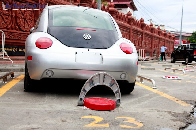 A car sits in an automated car-parking bay that was installed by Sonatra Carling near Phnom Penh's Wat Ounalom last year. Heng Chivoan